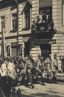 Przemyśl, wejście 10 p. p. do Przemyśla w dniu odzyskania twierdzy (2. VI. 1915) = Einzug des 10. I.-R. in Przemyśl am Tage der Widereroberung der Festung (2. VI. 1915)